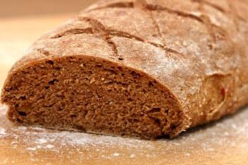 Brot mit Feigen und Nüssen